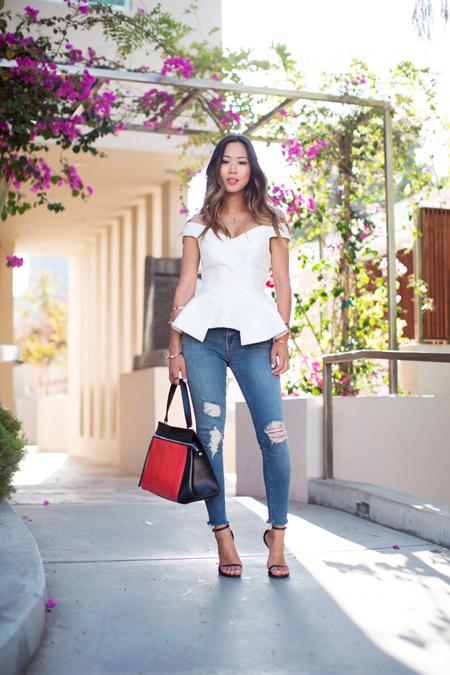 Девушка в рваных джинсах и белой блузке