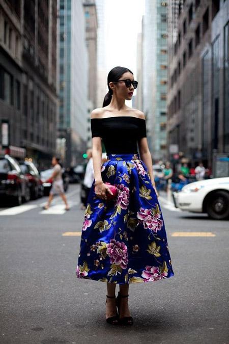 Девушка в синей юбке миди в цветах