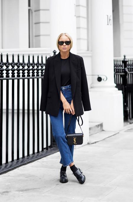 Девушка в синих джинсаз, черная футболка, пиджак и туфли