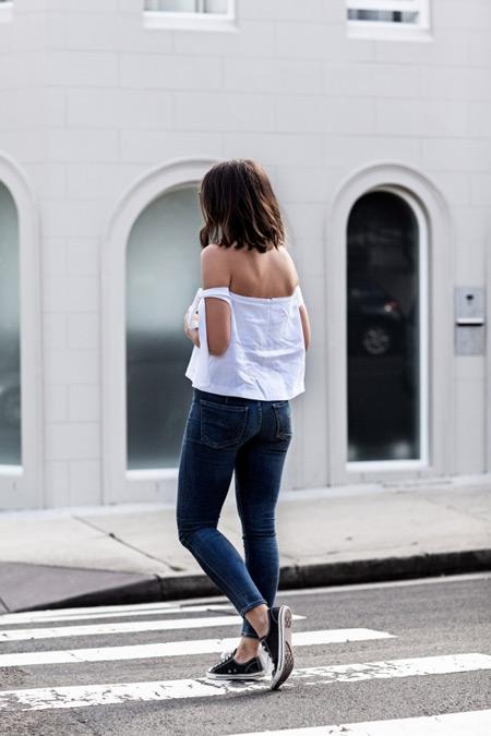 Девушка в скинни и белый топ с открытыми плечами