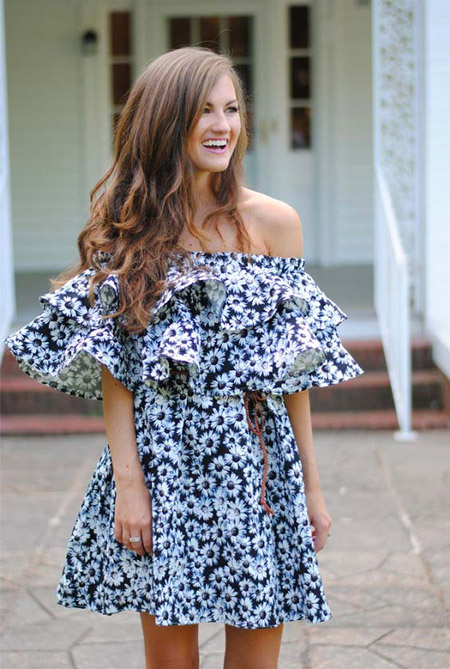 Девушка в цветочном платье с открытыми плечами