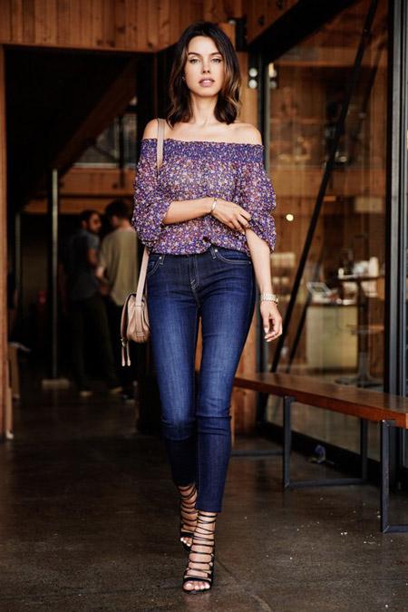 Девушка в цветочной блузке с открытыми плечами