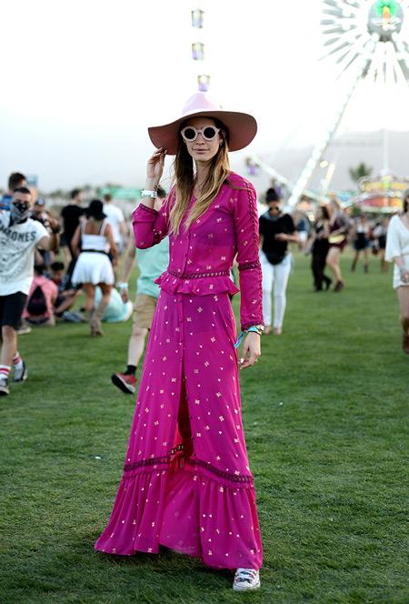 Девушка в ярко лиловом платье на пуговицах, шляпа - Коачелла 2016