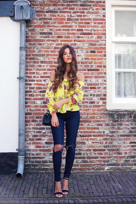 Девушка в желтой блузке и рваных джинсах