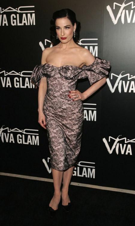 Дита фон Тиз в платье с открытыми плечами
