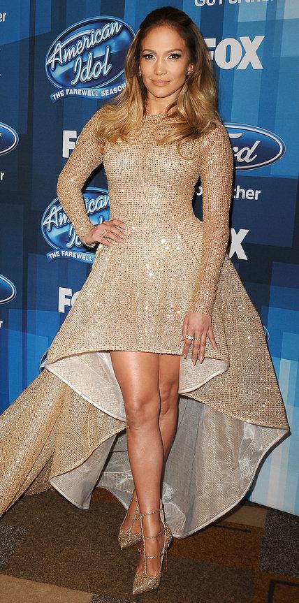 Дженнифер Лопес в блестящем платье золотистого цвета