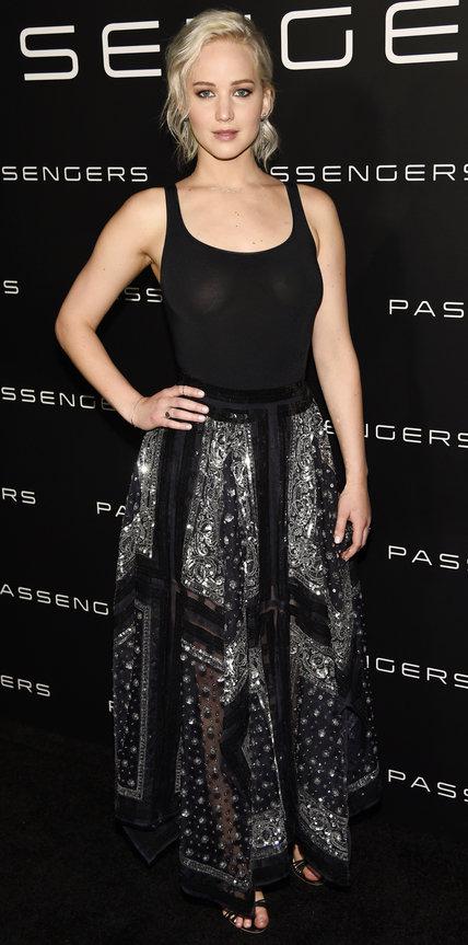 Дженнифер Лоуренс в черном топе и длинной юбке с прозрачными элементами украшенной стразами