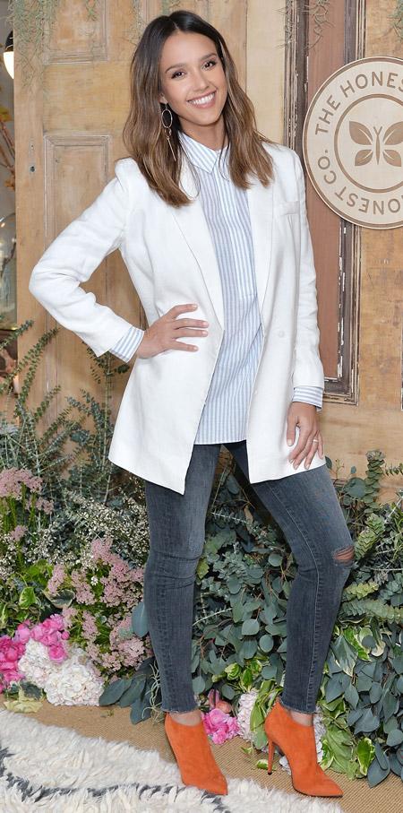 Джессика Альба в скинни,белый пиджак