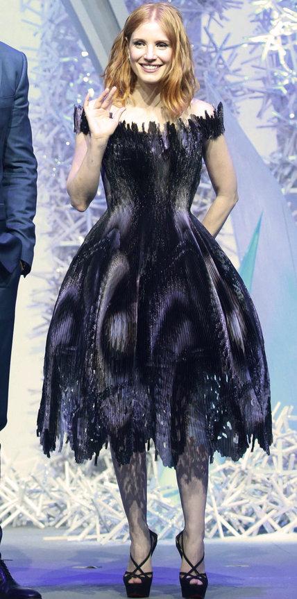 Джессика Честейн в необычном темно-синем платье
