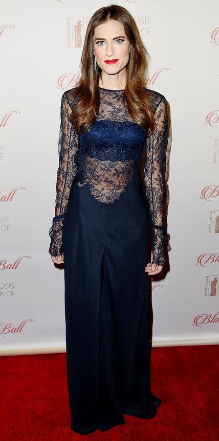 Эллисон Уильямс в длинном синем платье с кружевным верхом