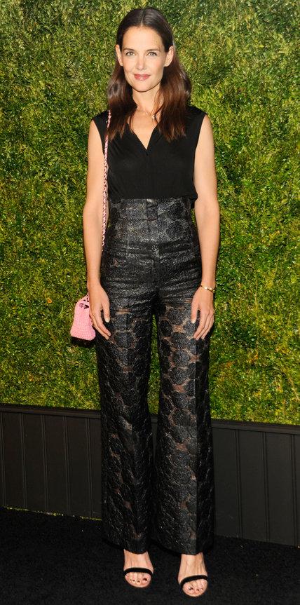 Кэти Холмс в ажурных черных брюках с высокой талией и черном топе