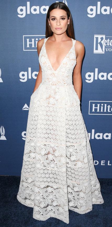 Лиа Мишель в белом, кружевном платье в пол