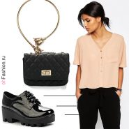 Лук с персиковой блузкой, брюки, черная сумочка и колье