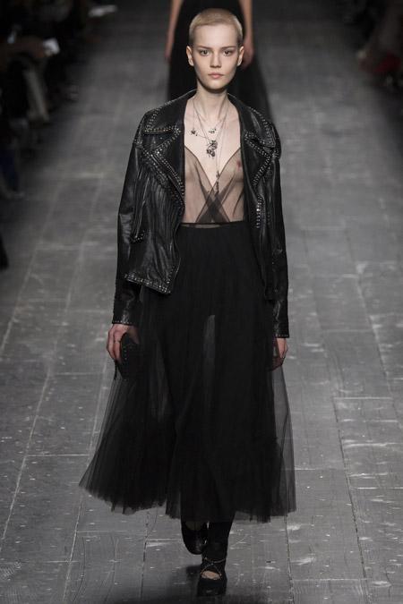 Модель в косухе от Valentino - модные куртки и пуховики на осень 2016 и зиму 2017