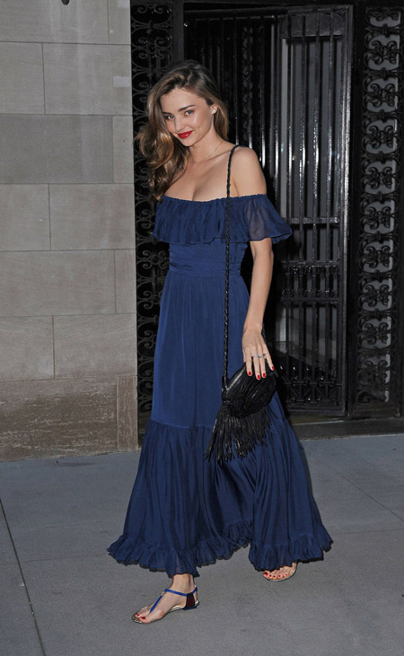 Миранда Керр в платье с открытыми плечами