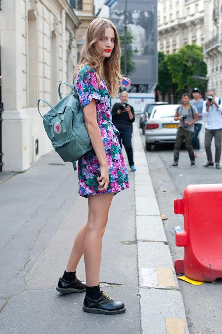 Модель с мини платье с цветочным принтом, рюкзак, черные носки и ботинки