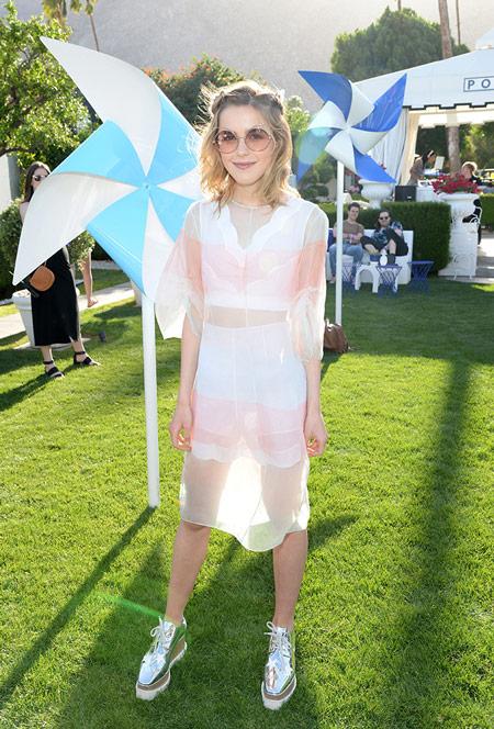 Модель в белом полупрозрачном платье, серебристые кеды - Коачелла 2016