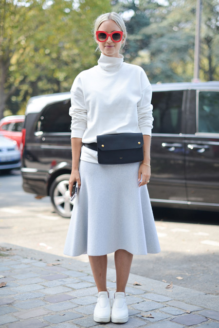 Модель в белой юбке миди и водолазке