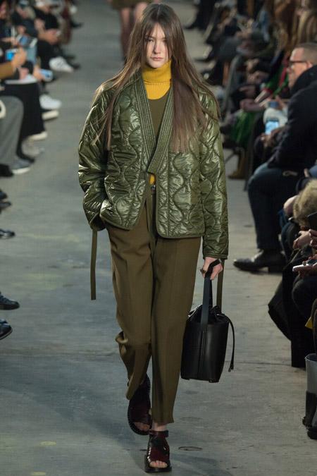 Модель в болотной куртке от 3.1 Phillip Lim - модные куртки и пуховики на осень 2016 и зиму 2017