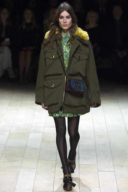 Модель в болотной куртке от Burberry - модные куртки и пуховики на осень 2016 и зиму 2017
