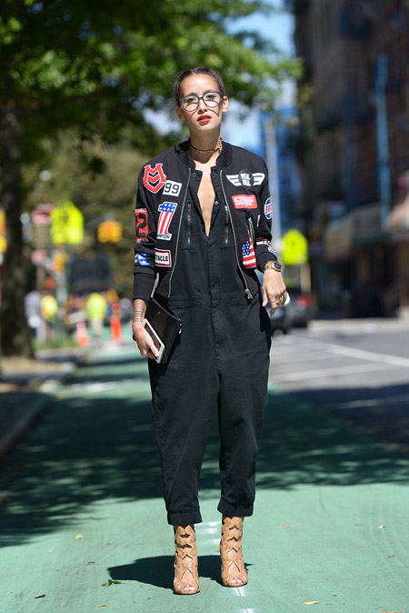 Модель в черном комбинезоне и куртке с нашивками