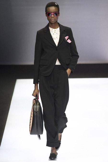 Модель в черном костюме