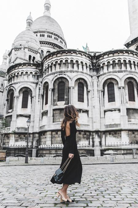 Модель в черном платье с открытой спиной, черная сумочка