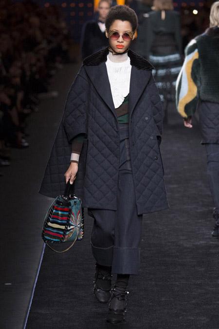 Модель в черном пуховике от Fendi - модные куртки и пуховики на осень 2016 и зиму 2017