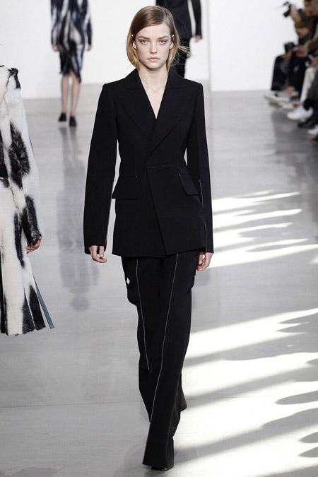 Модель в черных брюках в полоску