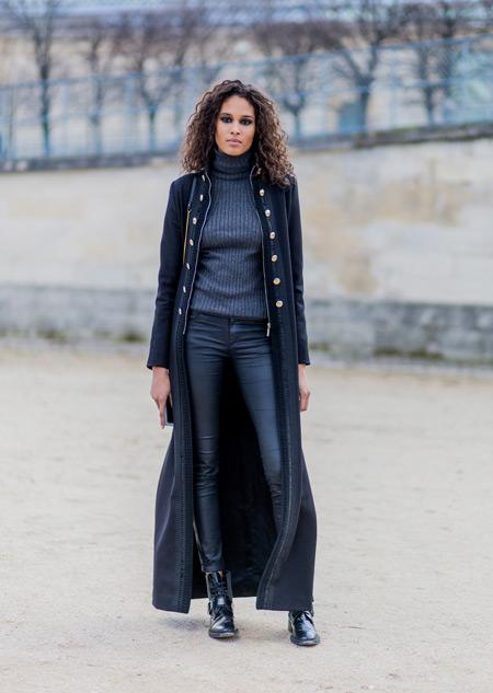 Модель в джегинсах, серая водолазке и длинное пальто, монохромный стиль