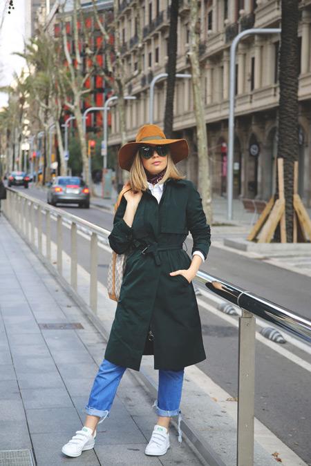 Модель в джинсах, черный плащ и коричневая шляпа