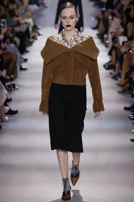 Модель в коричневой куртке от Dior - модные куртки и пуховики на осень 2016 и зиму 2017