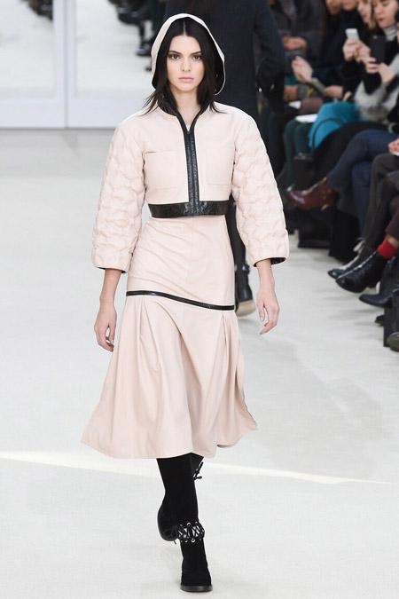 Модель в короткой куртке от Chanel - модные куртки и пуховики на осень 2016 и зиму 2017