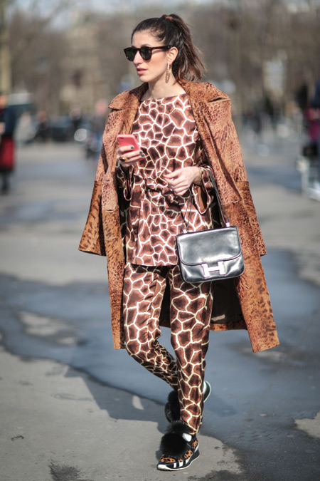 Модель в костюме пижамного стиля и коричневое пальто