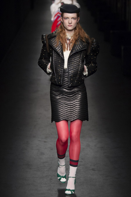 Модель в косухе от Gucci - модные куртки и пуховики на осень 2016 и зиму 2017