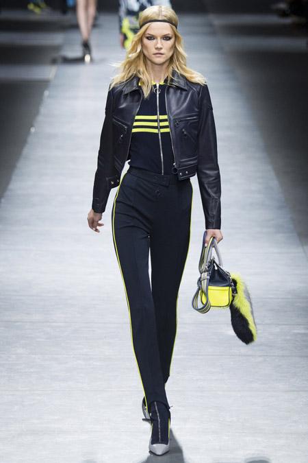 Модель в косухе от Versace - модные куртки и пуховики на осень 2016 и зиму 2017