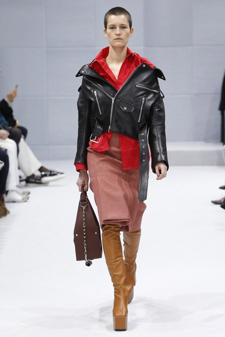Модель в кожанке от Balenciaga - модные куртки и пуховики на осень 2016 и зиму 2017