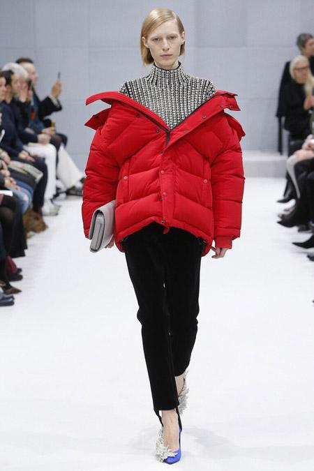 Модель в красном пуховике от Balenciaga - модные куртки и пуховики на осень 2016 и зиму 2017