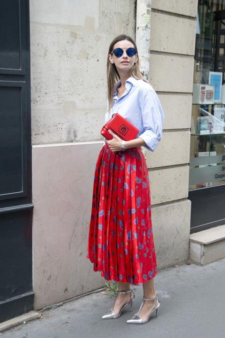 Модель в красной юбке, светлой рубашке и серебристые босоножки