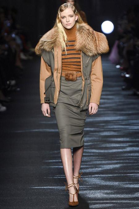 Модель в куртке с мехом от Blumarine - модные куртки и пуховики на осень 2016 и зиму 2017