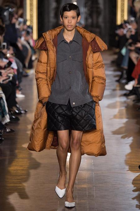 Модель в объемном пуховике от Stella McCartney - модные куртки и пуховики на осень 2016 и зиму 2017