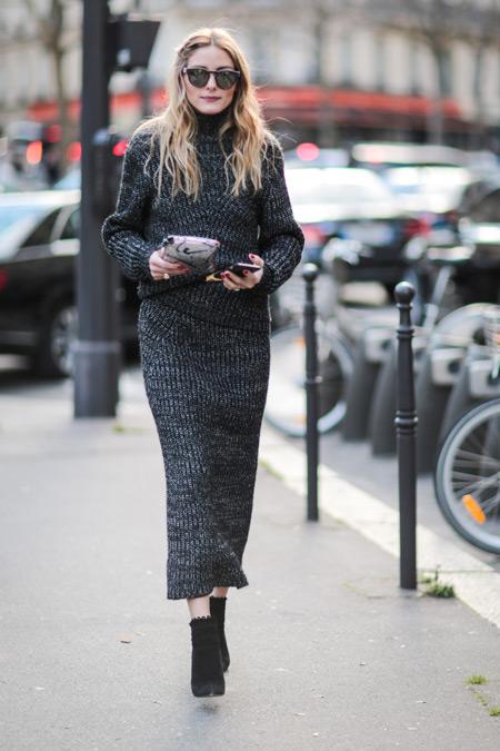 Модель в сером вязаном костюме с прямой юбкой