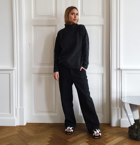 Модель в широких брюках и свитер, монохромный стиль
