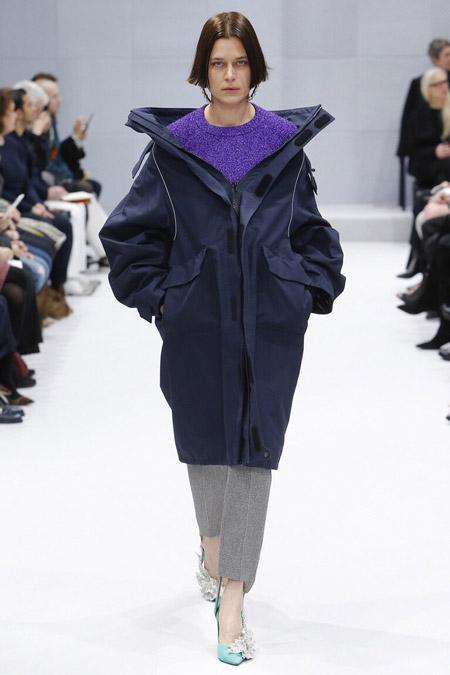 Модель в синей куртке от Balenciaga - модные куртки и пуховики на осень 2016 и зиму 2017
