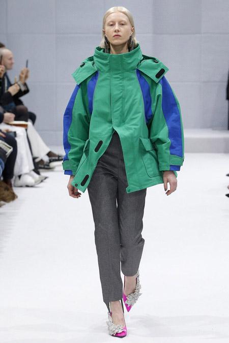 Модель в спортивной куртке от Balenciaga - модные куртки и пуховики на осень 2016 и зиму 2017