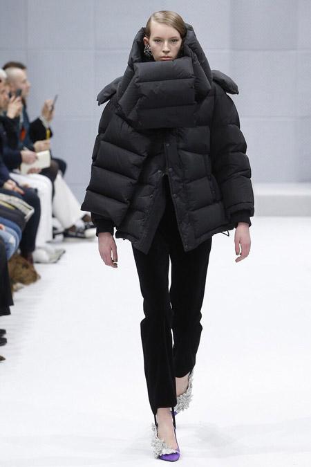 Модель в стеганом пуховике от Balenciaga - модные куртки и пуховики на осень 2016 и зиму 2017