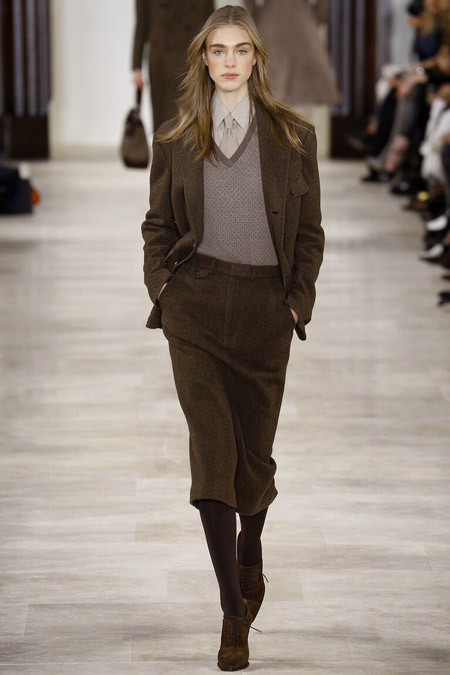 Модель в укороченных брюках