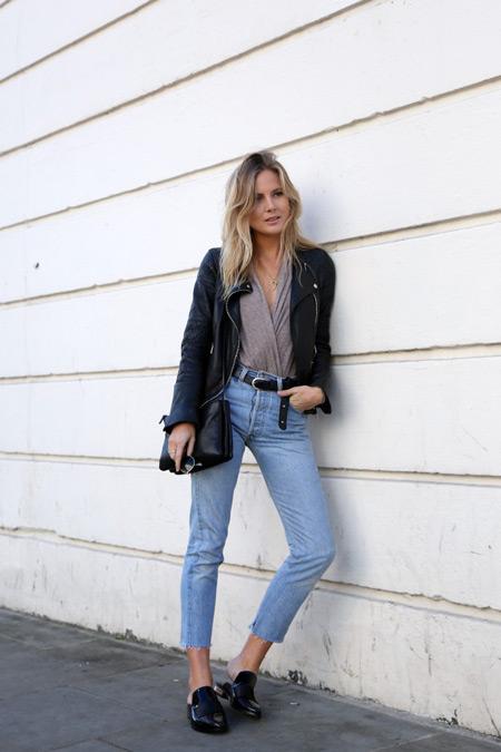 Модель в укороченных джинсах, бежевая футболка, куртка косуха