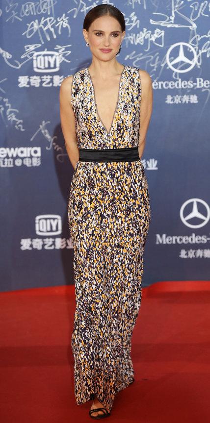 Натали Портман в длинном платье с глубоким декольте и черным поясом