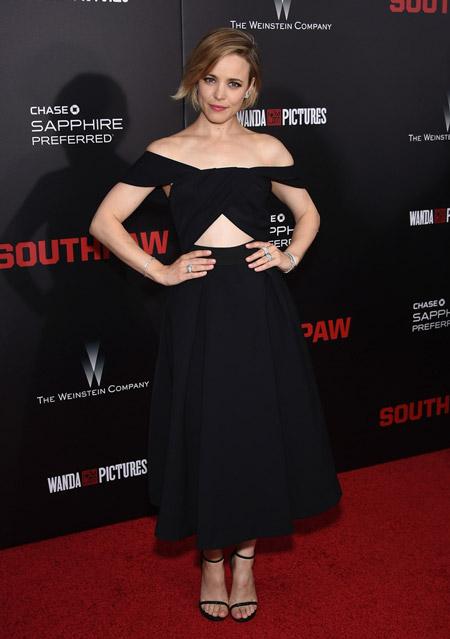 Рейчел Макадамс в платье с открытыми плечами